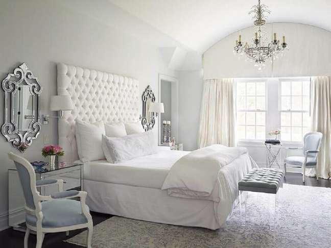 19. Decoração para quarto branco com cabeceira de cama capitonê e recamier de acrílico – Foto: Luxe Interiors + Design