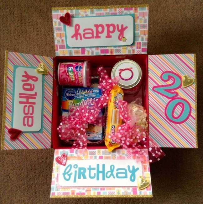 57. Decoração divertida e colorida para a festa na caixa para amiga – Foto: We Heart It