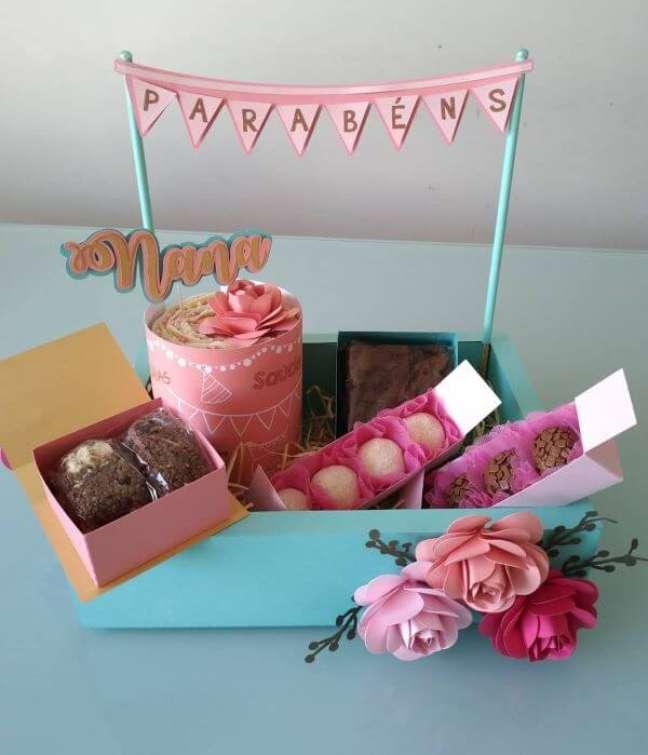 78. Festa na caixa com doces para celebrar o aniversário – Via: Daiane Lima