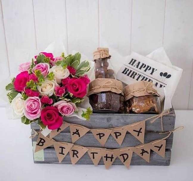 21. Decoração rústica com caixote de madeira para festa na caixa para amiga – Foto: The Ofy