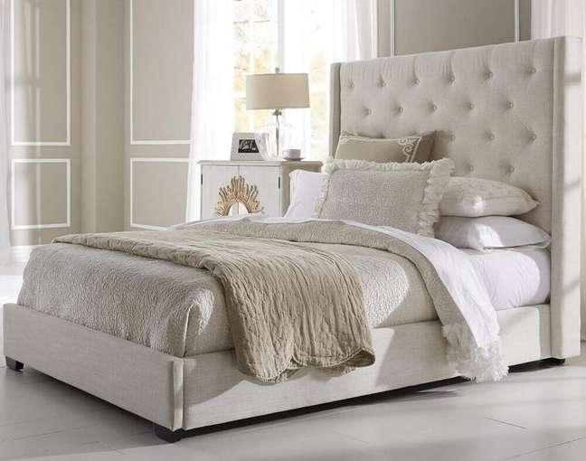 54. Quarto com decoração em tons de bege e cabeceira de cama capitonê – Foto: Uniques Home Design