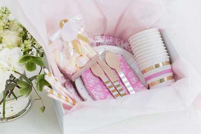 16. Decoração super delicada em tons de branco e rosa para festa na caixa para amiga – Foto: Uniqdays