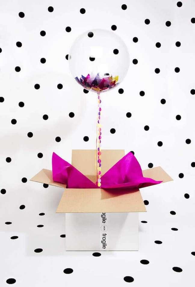 14. Alguns modelos de bola podem deixar a decoração de sua caixa para festa ainda mais especial – Foto: Brit + Co