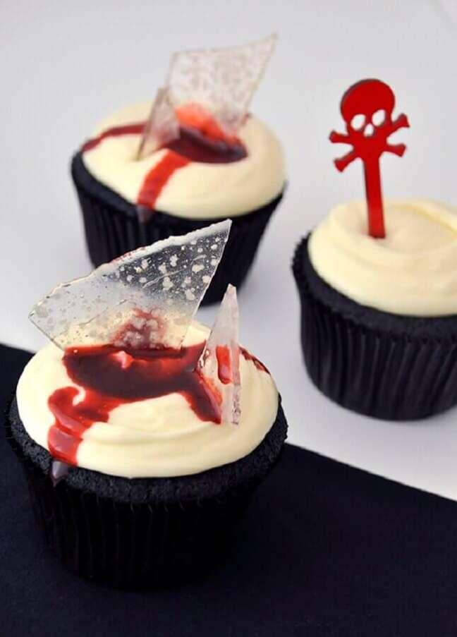 56. Cupcake decorado com gelatina em formato de vidro para festa de Dia das Bruxas – Foto: Cupcakeando