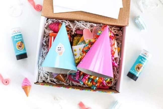 43. Itens como chapeuzinhos de aniversário e confetes são quase presença garantida em toda caixa para festa na caixa – Foto: Festas.Biz!