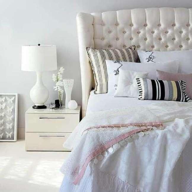 14. Quarto com decoração clean e romântica com cabeceira de cama capitonê – Foto: Home Fashion Trend