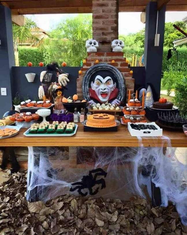 70. Linda mesa de Dia das Bruxas decorada com aranha de mentira – Foto: Ana Flávya – Anju Festas