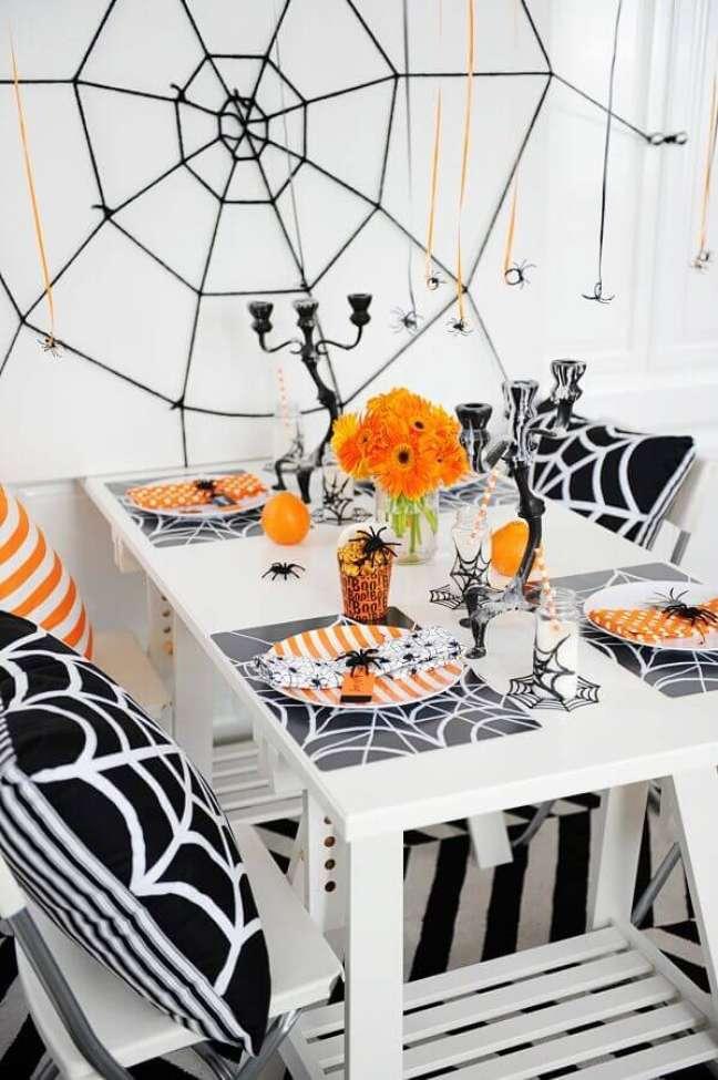91. Teia de aranha e prato listrado para decoração de mesa Dia das Bruxas – Foto: Elle Decor