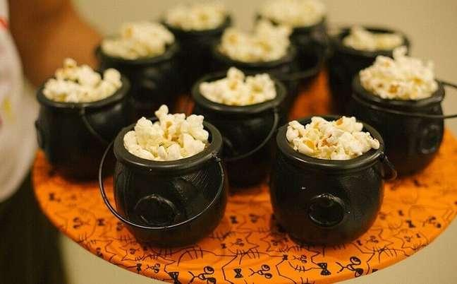 28. Lindos caldeirões pequenos para servir pipoca na festa de Halloween – Foto: Pinosy
