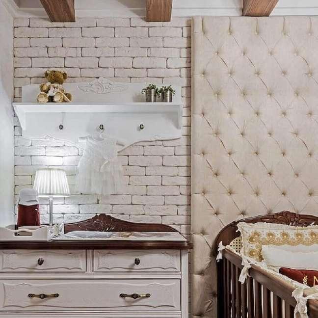 66. Cabeceira capitonê para decoração de quarto com parede tijolinho branca – Foto: Janaina Macedo