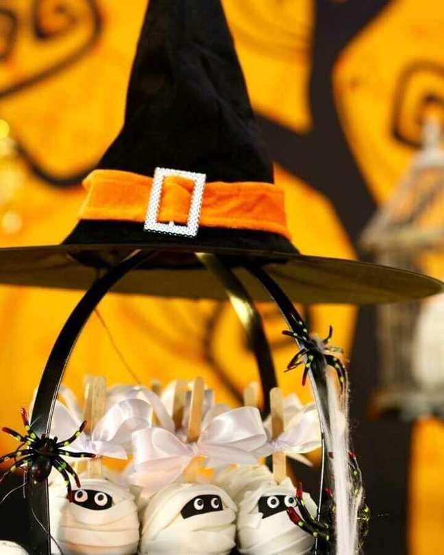 48. Decoração de mesa Dia das Bruxas com doces em formato de múmia e aranhas de brinquedo – Foto: Festas Criativas