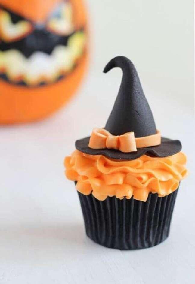 36. Lindo cupcake decorado com chapeuzinho de bruxa para decoração de festa de Dia das Bruxas – Foto: Home My Design