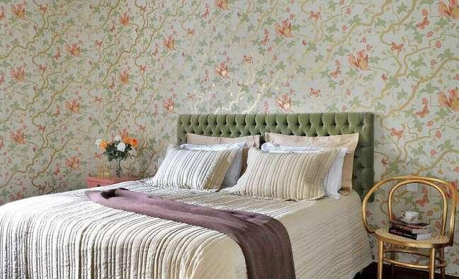 62. Decoração para quarto de casal com cabeceira capitonê suede verde e papel de parede floral – Foto: Casa e Construção