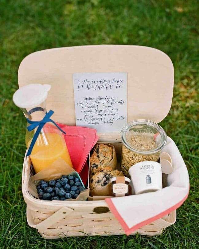 13. Uma cestinha de piquenique é perfeita para a festa na caixa simples – Foto: Martha Stewart Weddings