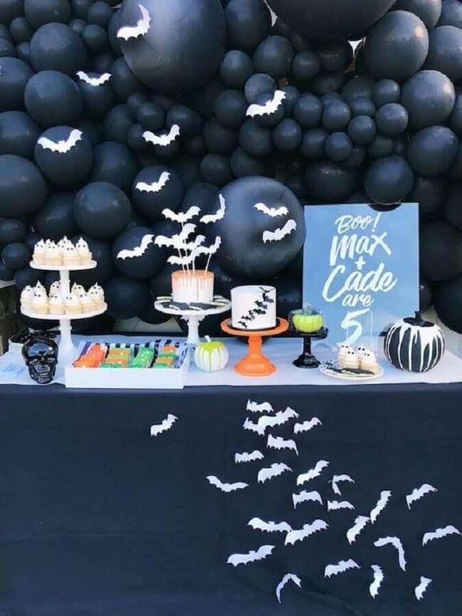 55. Painel com balões pretos e morcegos brancos para decoração Dia das Bruxas – Foto: Kara's Party Ideas