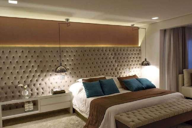15. Decoração em tons de bege para quarto com cabeceira capitonê casal com LED embutido – Foto Rawi Arquitetura