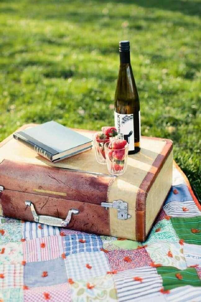 32. Morangos e vinho são itens que não pode faltar na festa na caixa romântica – Foto: Detalhes de Noiva