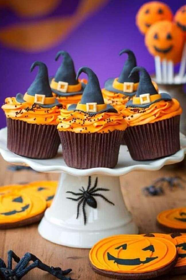 45. Lindos cupcakes decorados com chapeuzinhos para decoração de festa de Dia das Bruxas – Foto: Musely