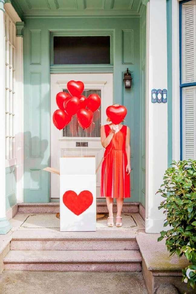 5. A festa na caixa romântica sempre possui balões em formato de coração – Foto: Oh Happy Day!