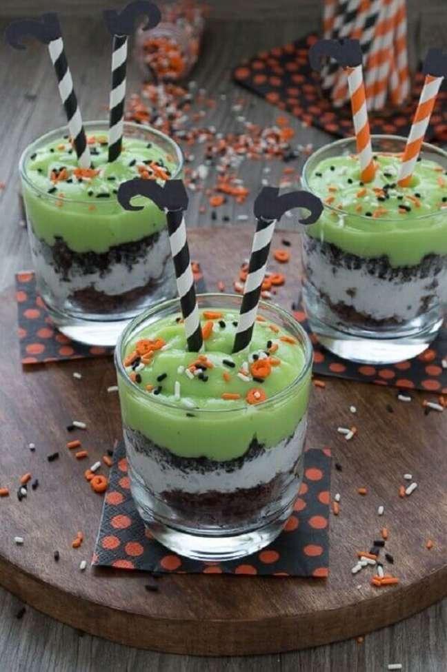 87. Potinhos de doces divertidos com perninhas de bruxas para decoração de mesa Dia das Bruxas – Foto: We Heart It