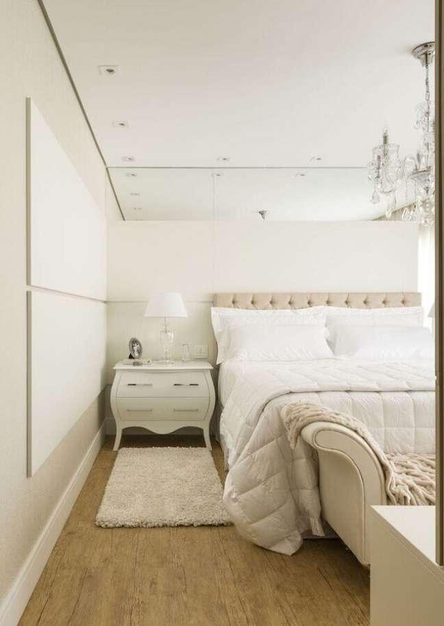 67. Cores claras para quarto de casal decorado com cabeceira capitonê casal – Foto: Samira Jarouche