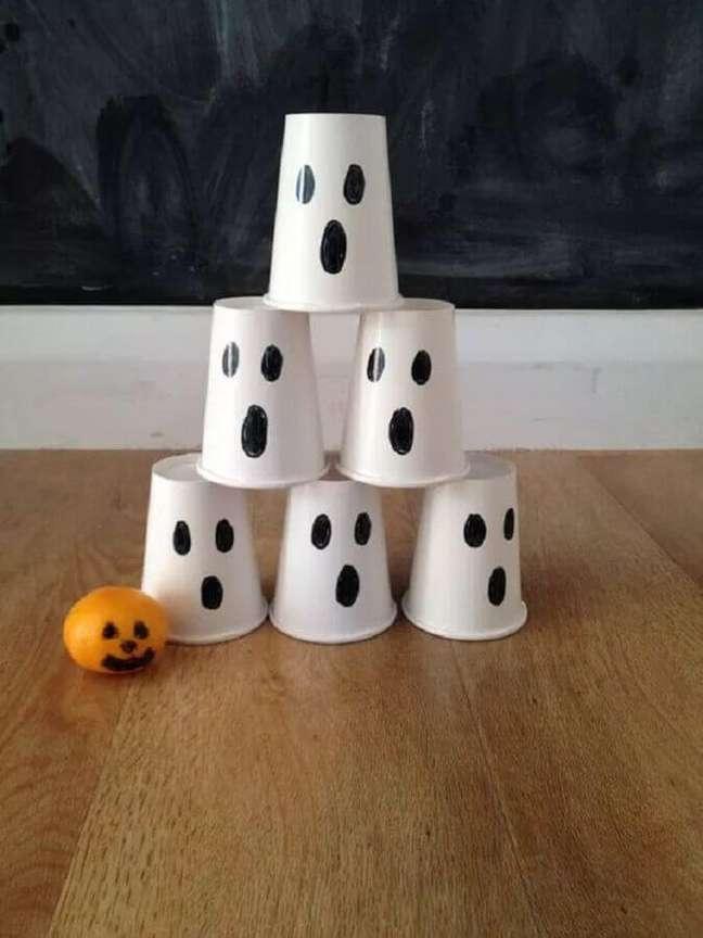 32. Copinhos decorados com rostinhos de fantasma para decoração de Halloween – Foto: Entre Fraldas e Mojitos