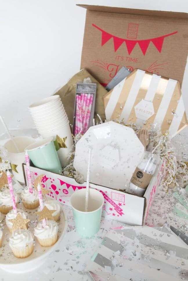 76. Festa na caixa com cupcakes e detalhes lindos – Via: Decor Fácil