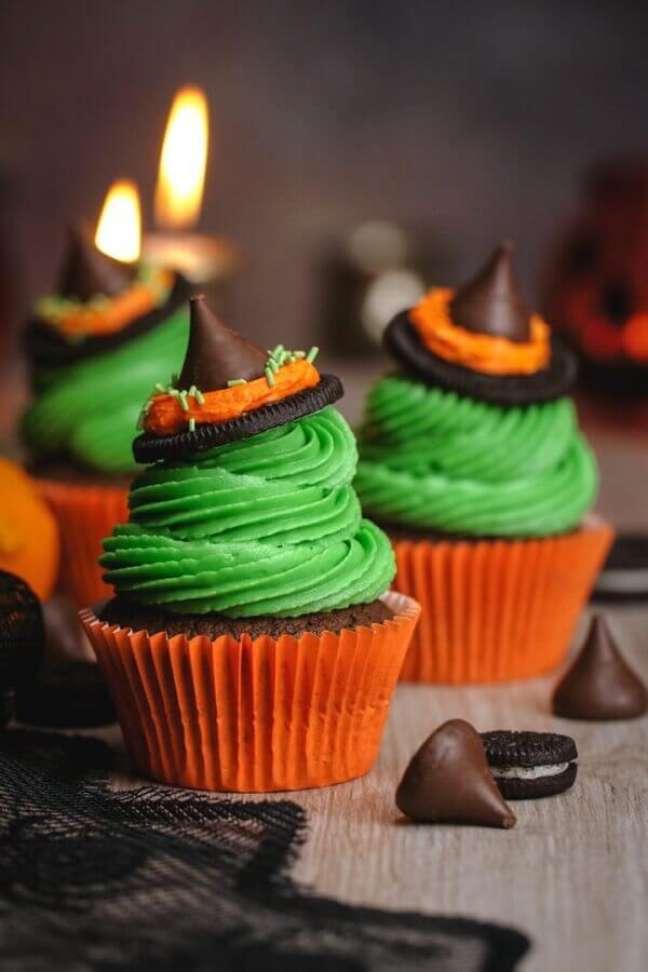 35. Lindos cupcakes decorados com chapeuzinho de bruxa feito de chocolate para decoração de mesa Dia das Bruxas – Foto: Eazy Peazy Mealz