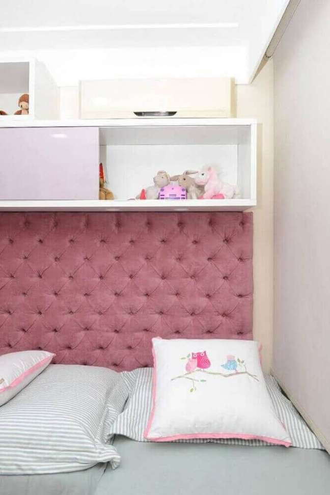 12. Modelo de cabeceira capitonê solteiro para decoração de quarto feminino em tons de branco e rosa – Foto: Home Decoo