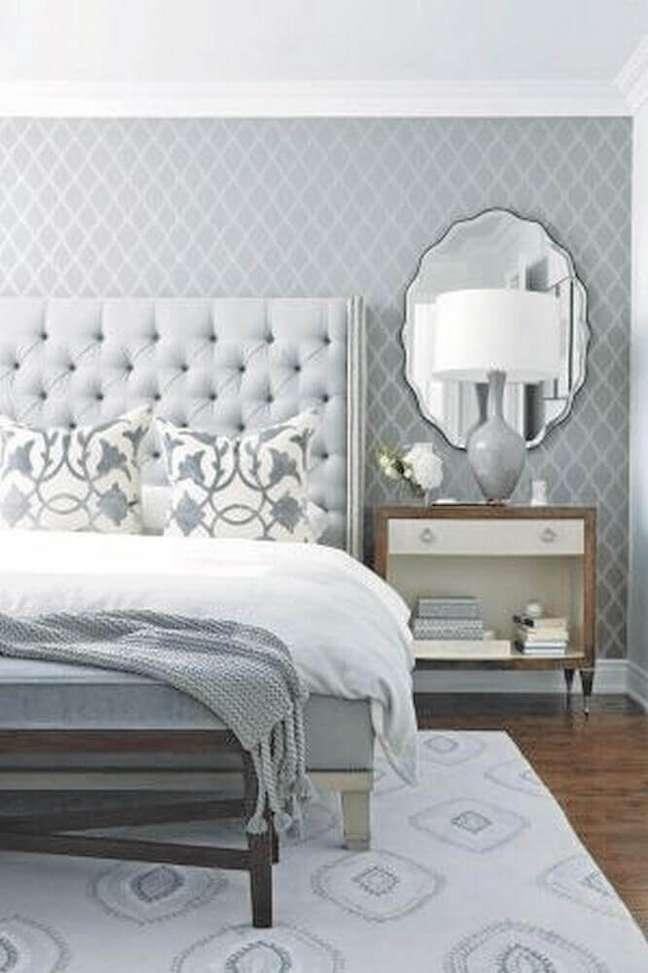 59. Quarto de casal decorado em tons de cinza com papel de parede espelhado e cabeceira capitonê cinza – Foto: Futurist Architecture