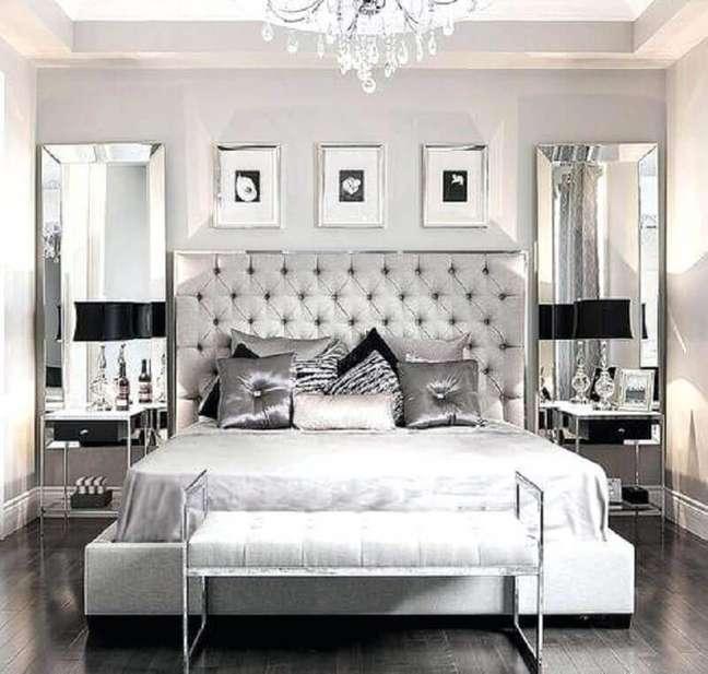 24. Decoração moderna em tons de cinza e prata para quarto de casal com cabeceira queen capitonê – Foto: Radio Akhmoo
