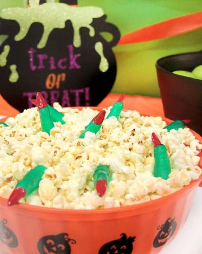 92. Vasilha de pipoca decorada com dedos de bruxa para festa de Halloween – Foto: Party Delights Blog