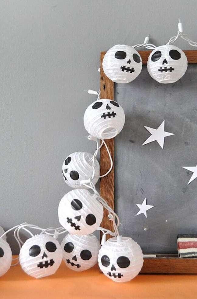 83. Luminárias com carinha de caveira para decoração de festa de Halloween – Foto: Casa e Festa