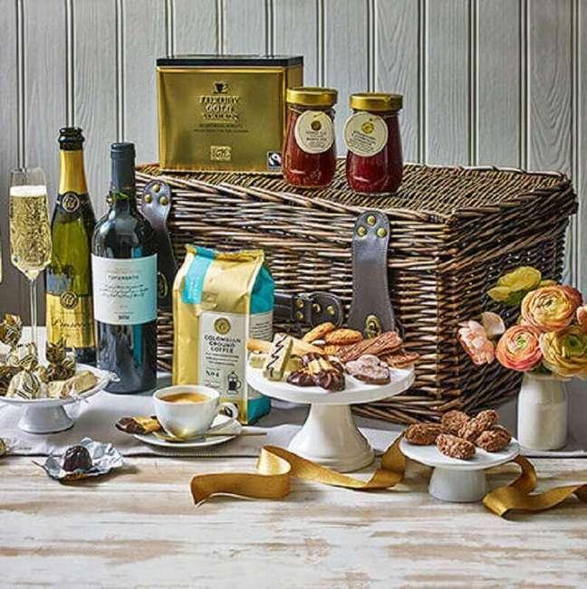 63. Ideia de festa na caixa para namorado com vinhos e taças – Foto: Marks and Spencer