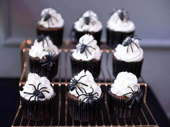 76. Cupcake decorado com aranhas de brinquedo para festa de Dia das Bruxas – Foto: Buffets Infantis