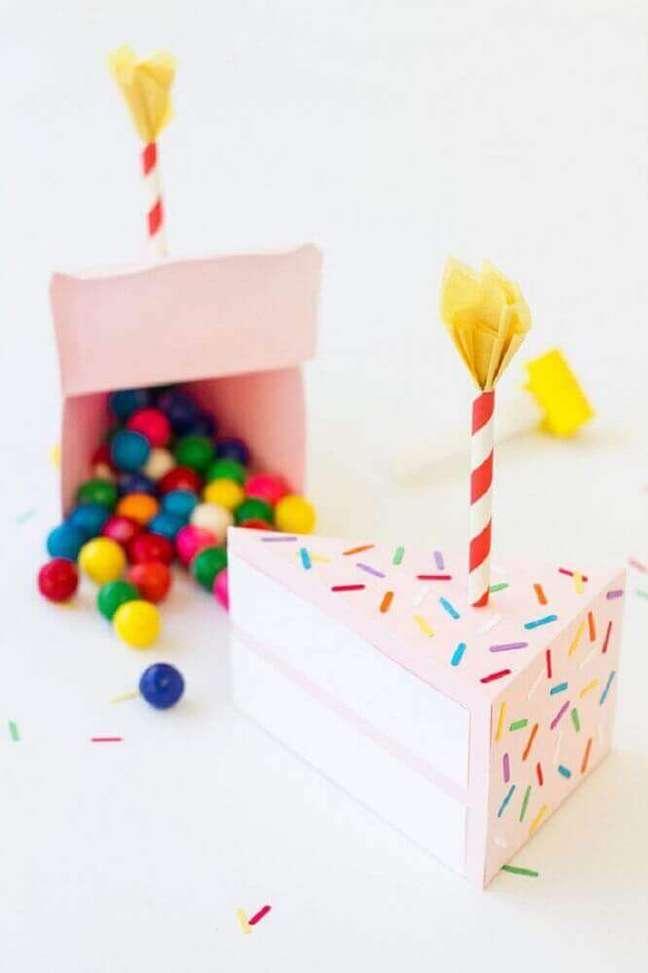 31. O formato de bolo da caixa para a festa deixa a comemoração ainda mais divertida – Foto: The Spruce