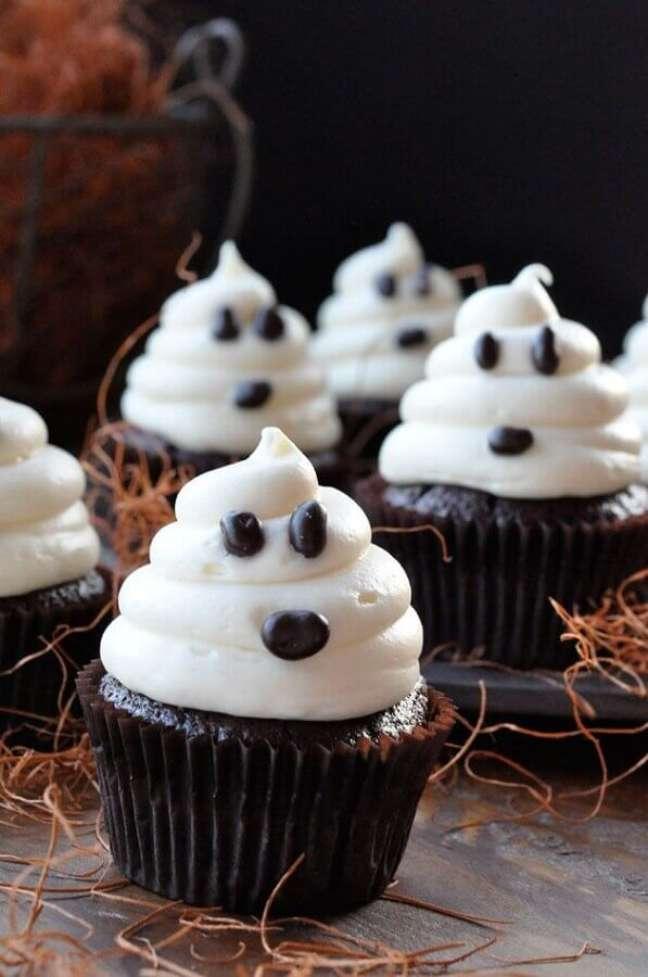 33. Cupcakes decorados com rostinho de fantasma para festa de Halloween – Foto: Halloween Ideas