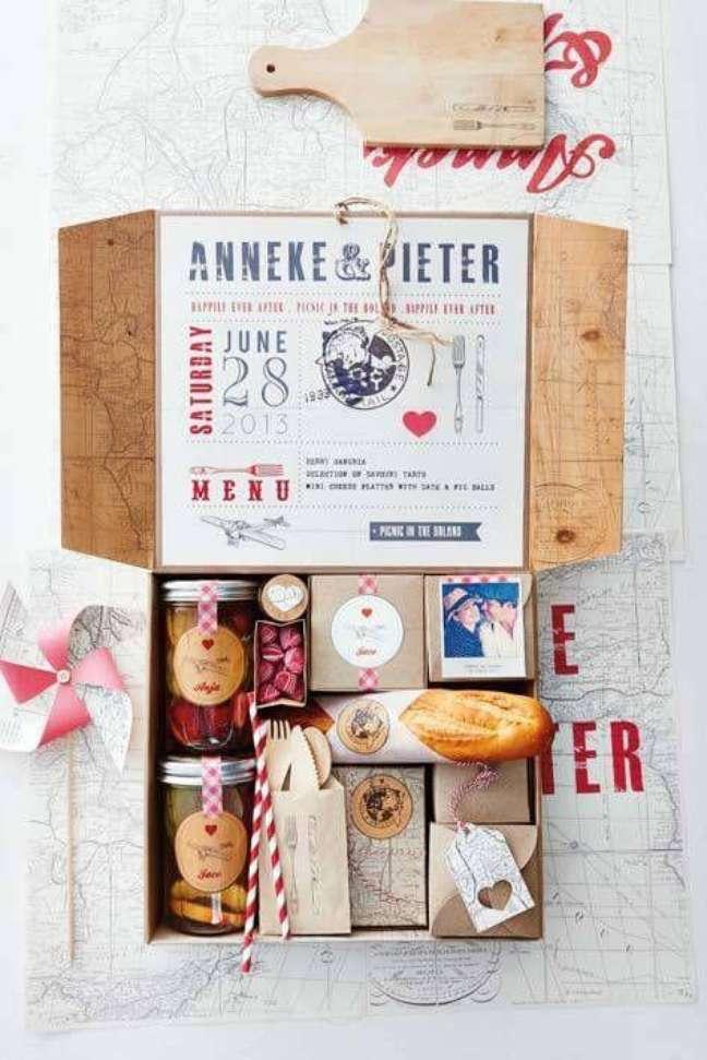 75. Festa na caixa com pães e fotos do casal – Via: Fazer em Casa