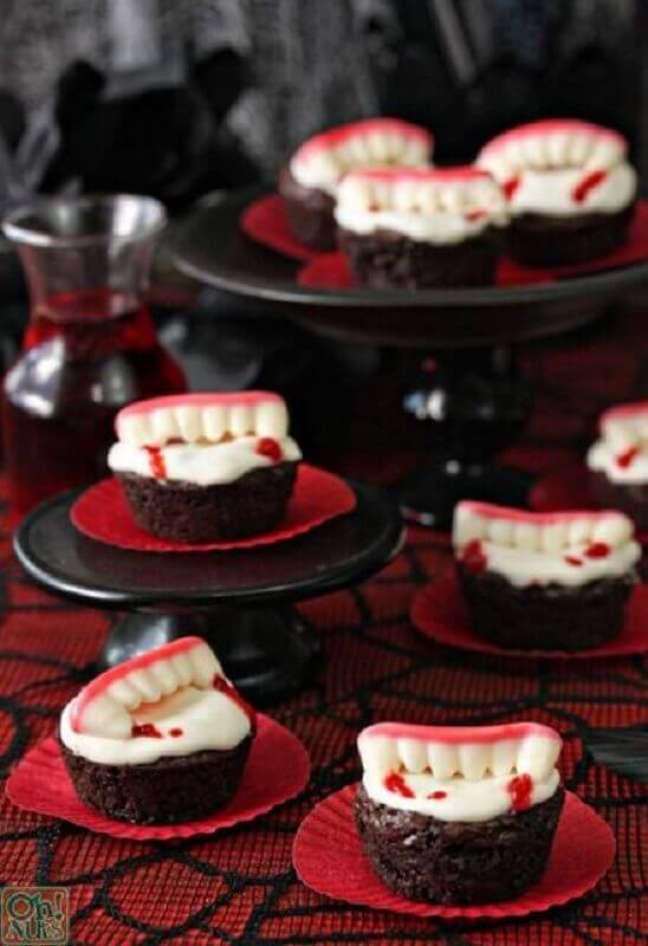 67. Balinhas com formato de dentes de vampiros são ótimas para a decoração de festa de Halloween – Foto: Words & Stitches