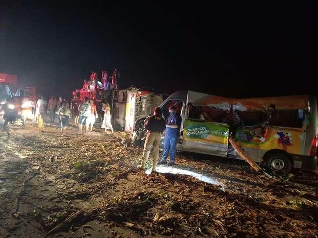 Entre as vítimas estão os motoristas do ônibus e da van e uma criança