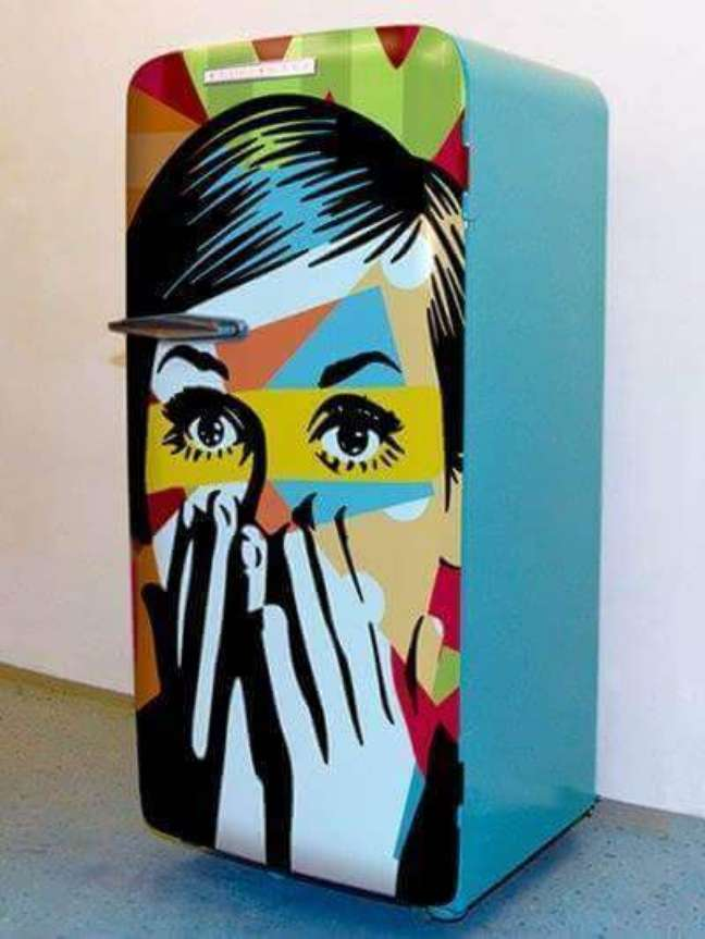 24. Geladeira adesivada retrô com estampa artística. Fonte: Decoração e Arte