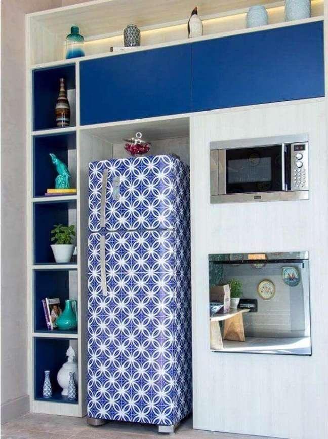 67. Geladeira adesiva em tons de azul e branco. Fonte: Living Design