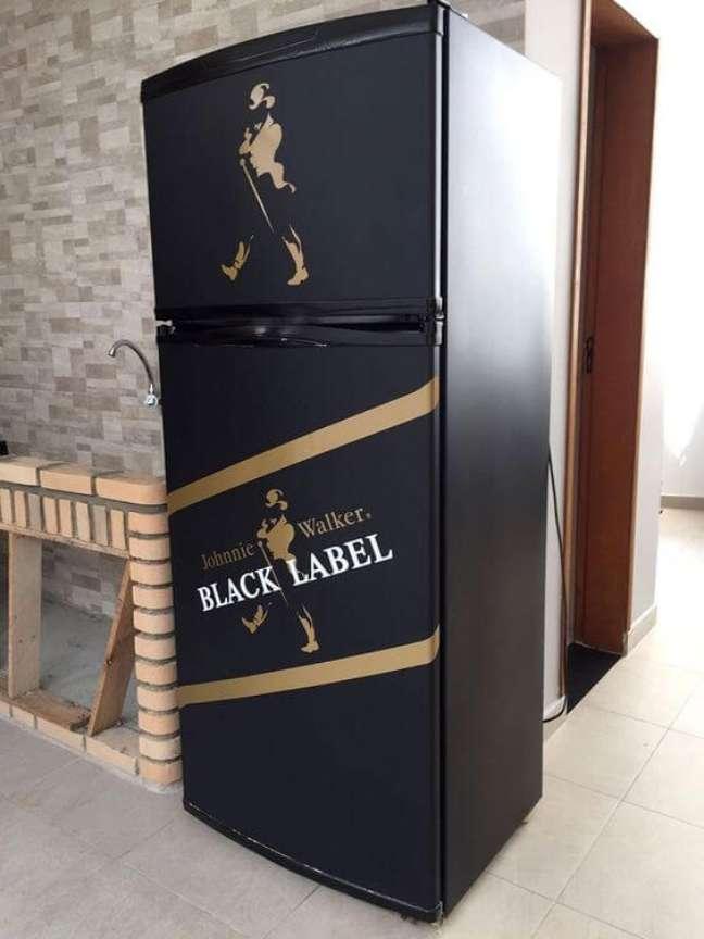 69. Geladeira adesivada com a marca da Black Label. Fonte: LLX Visual