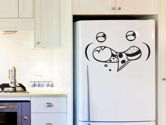 49. Geladeira adesivada com emoji comendo pizza e hambúrguer. Fonte: The Ofy