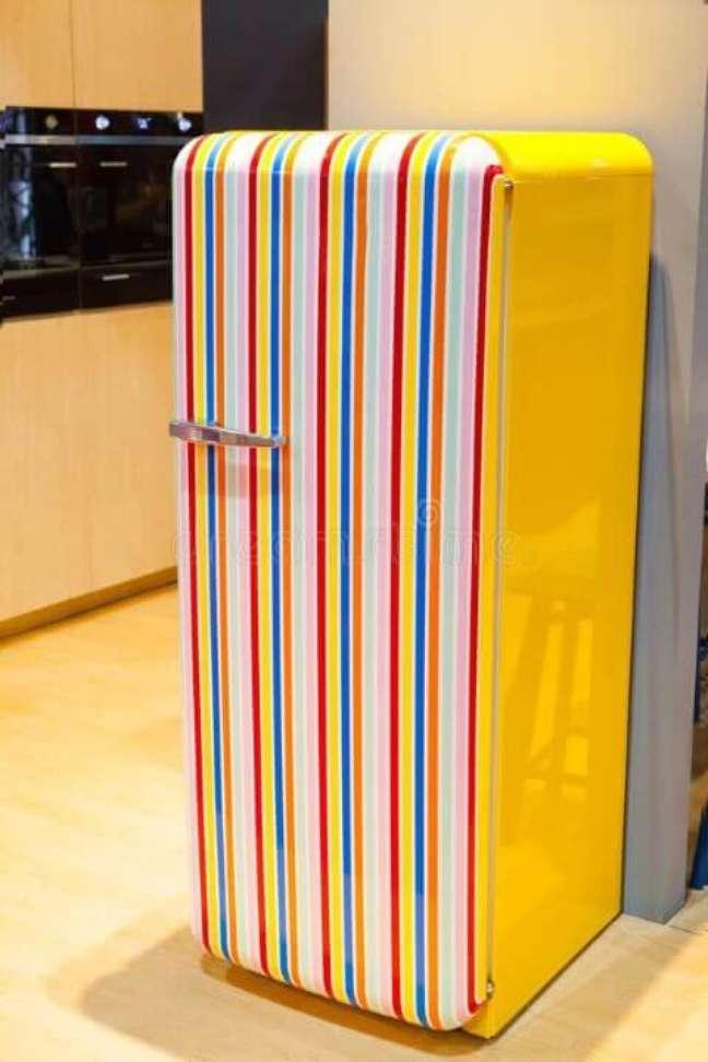 6. Geladeira adesivada retrô com listras verticais. Fonte: Casa e Festa