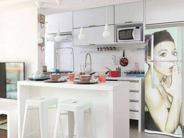 83. A geladeira adesivada se destaca na decoração. Fonte: Lucia Wjuniski
