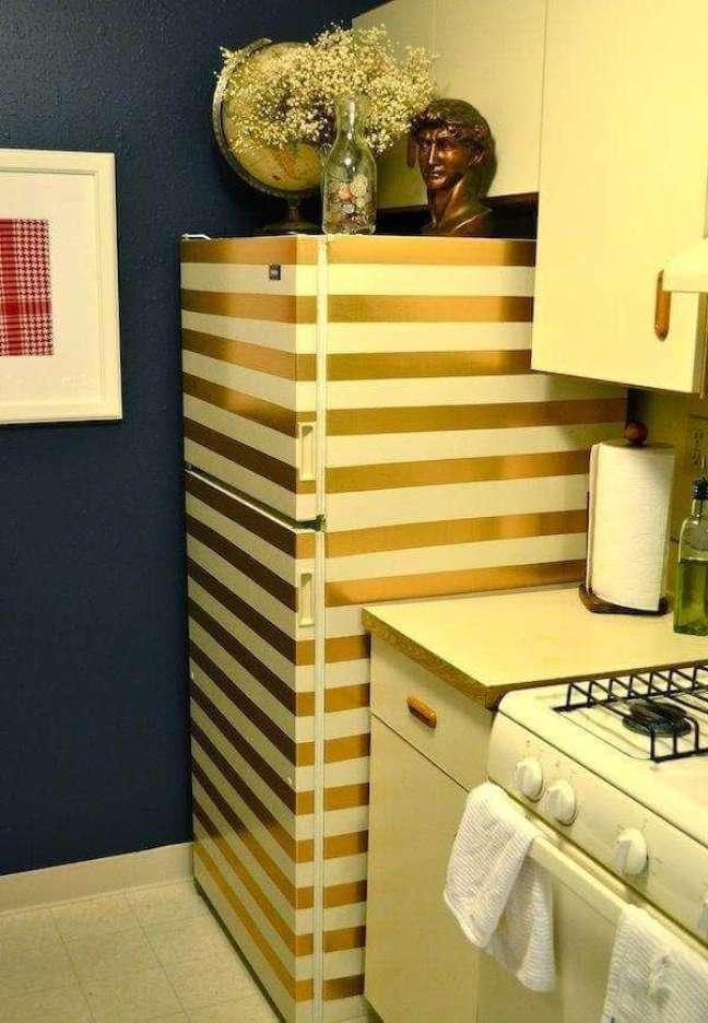 73. Envelopamento de geladeira com listras douradas. Fonte: Simplichique