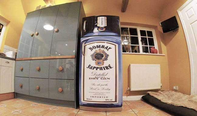 29. Geladeiras adesivadas com temas de bebidas alcoólicas também são bem comuns. Fonte: The Ofy