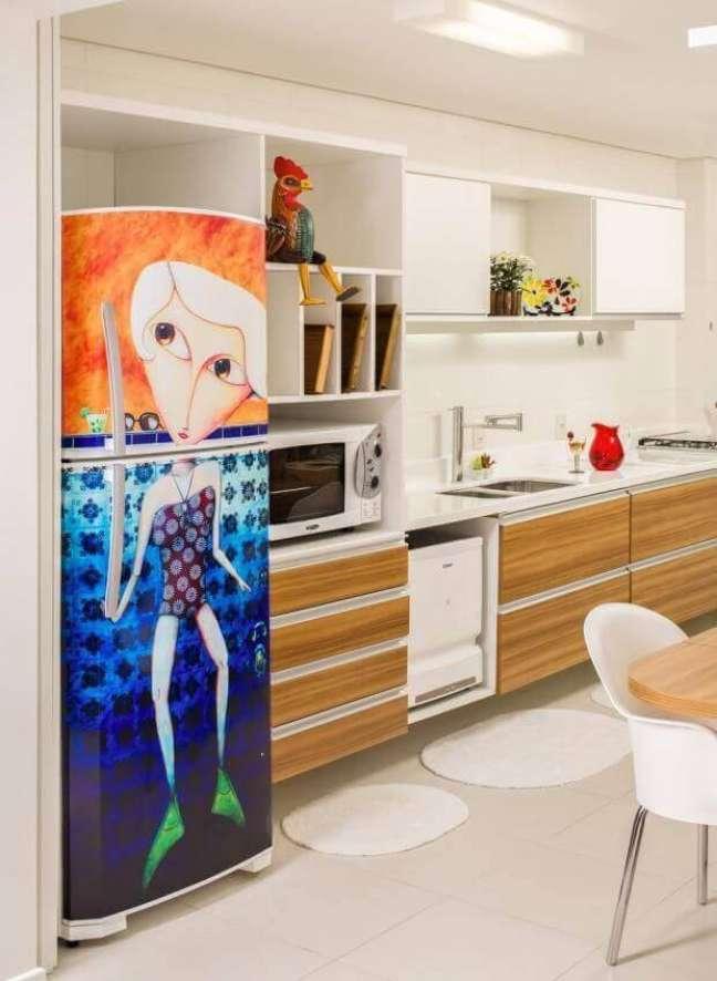 1. A geladeira adesivada deixa a cozinha bem mais divertida. Projeto de Silvana Hilbe
