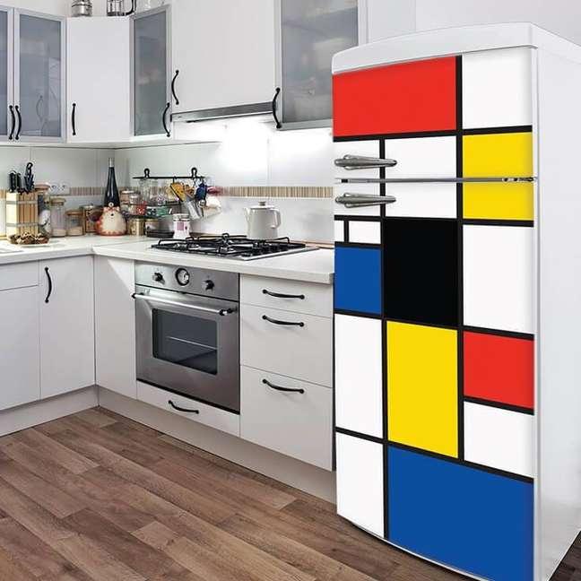 7. A geladeira estampada com uma arte inspirada no Mondrian se tornou destaque na cozinha em cores claras. Fonte: Arte na Parede